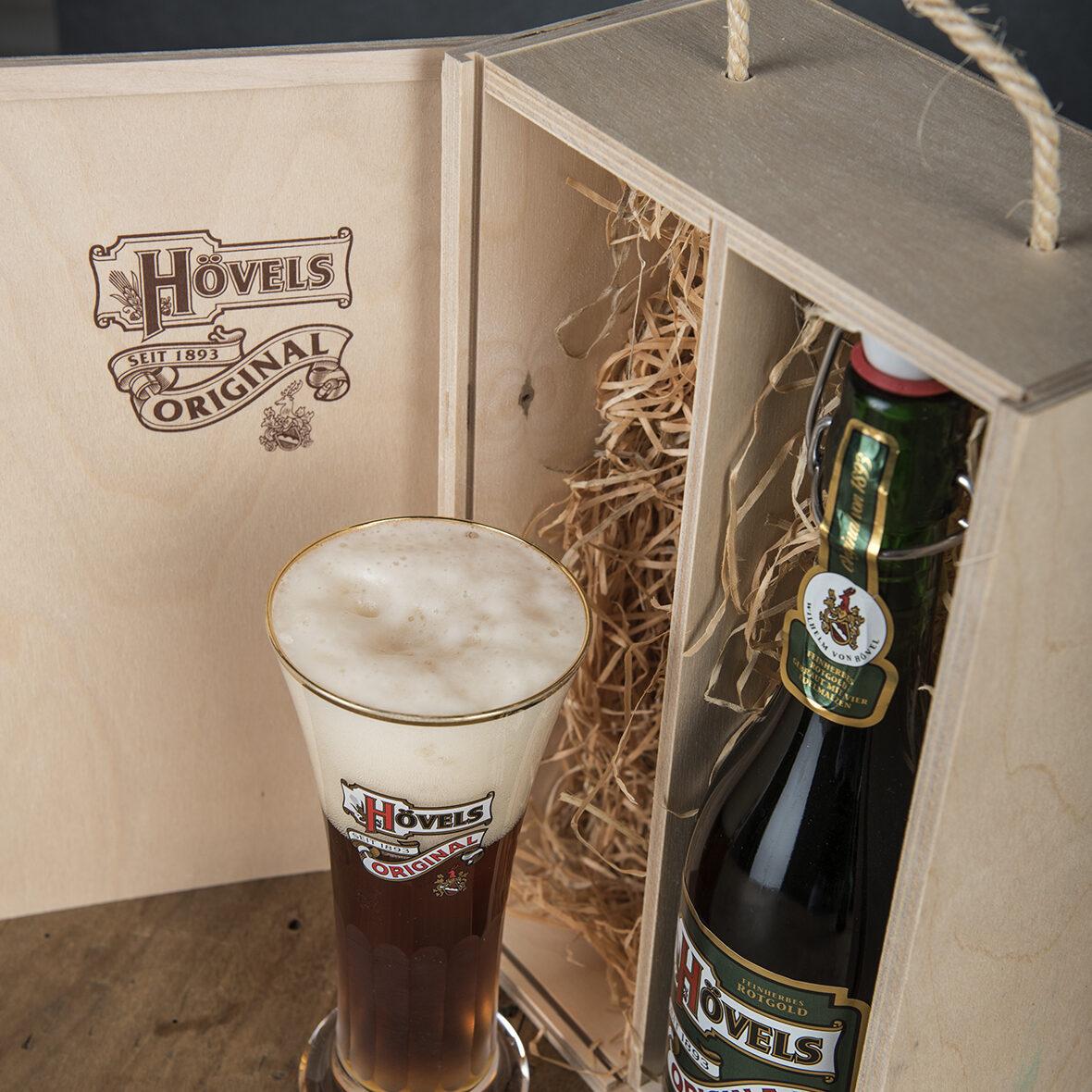 Hövels Original – Fanartikel Viktoriabecher + Bierflasche in Holzkiste kaufen (Hausbrauerei Dortmund)